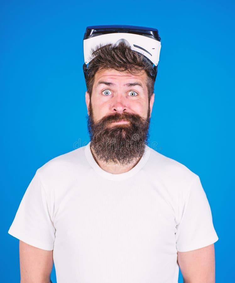 Mens met baard en snor met VR-glazen Mens die virtuele werkelijkheidsbeschermende brillen dragen Geschotene studio, Blauwe achter stock foto's