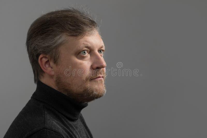 mens met baard op grijze achtergrond royalty-vrije stock afbeeldingen