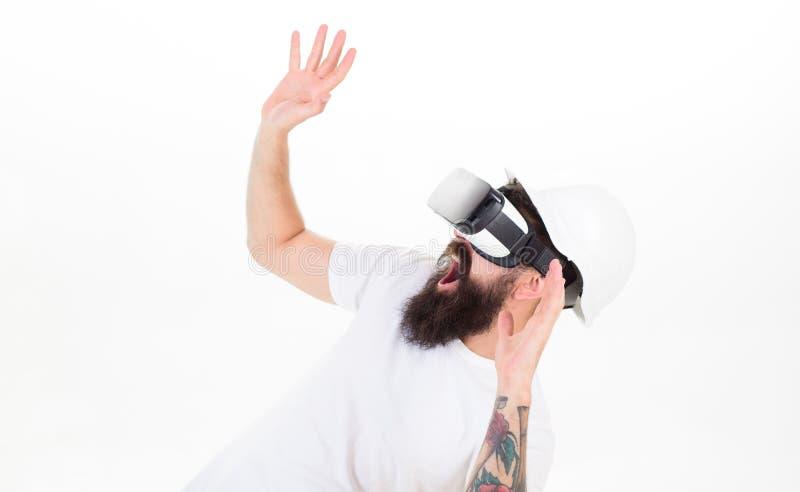 Mens met baard in VR-glazen en helm, witte achtergrond Virtueel Werkelijkheidsconcept Hipster op het schreeuwen doen schrikken ge stock afbeeldingen