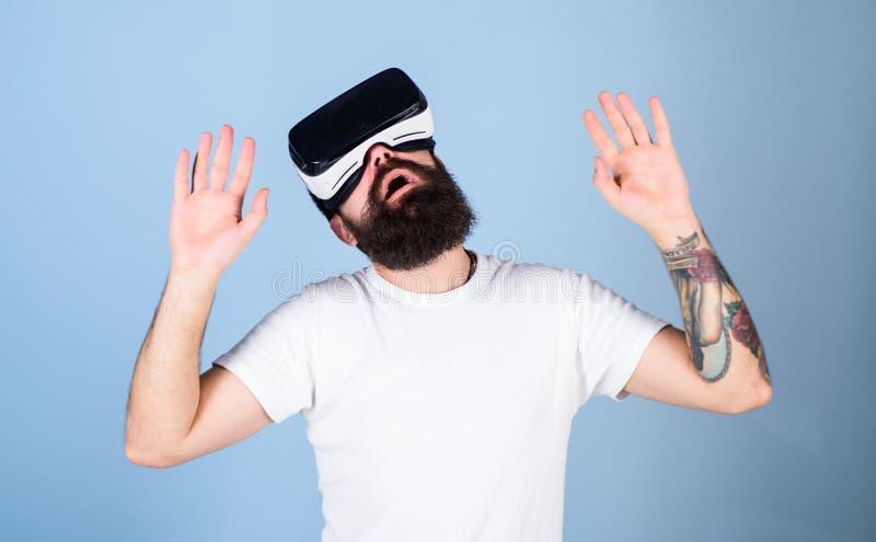 Mens met baard in VR-glazen Hipster op bezig gezicht die virtuele werkelijkheid met modern gadget onderzoeken vr gadgetconcept Me stock afbeeldingen