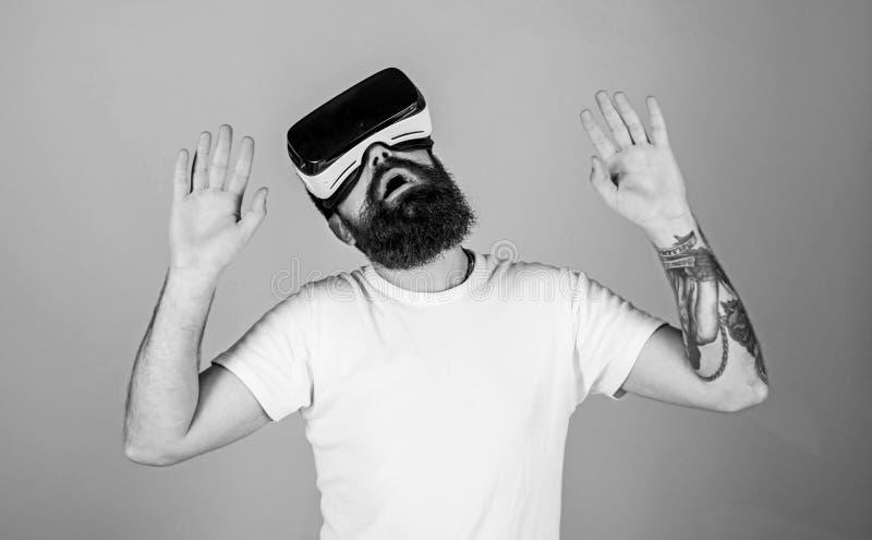 Mens met baard in VR-glazen Hipster op bezig gezicht die virtuele werkelijkheid met modern gadget onderzoeken vr gadgetconcept Me royalty-vrije stock afbeeldingen