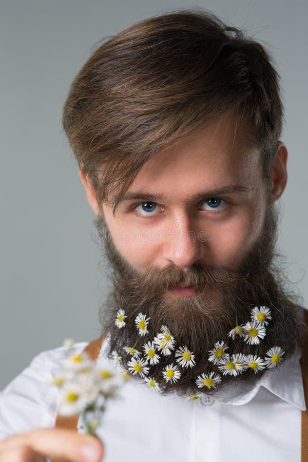 Mens met baard in witte overhemd en bretels royalty-vrije stock foto's