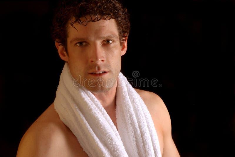 Mens met badhanddoek stock fotografie