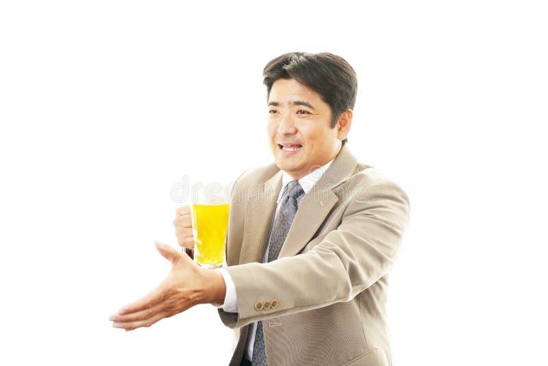 Mens met bierglas royalty-vrije stock afbeelding