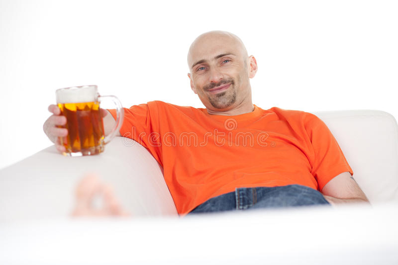 Mens met biermok stock fotografie