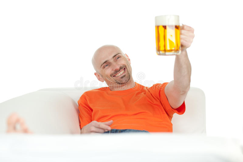 Mens met biermok stock foto's