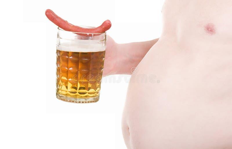 Mens met biermok en worst royalty-vrije stock afbeeldingen