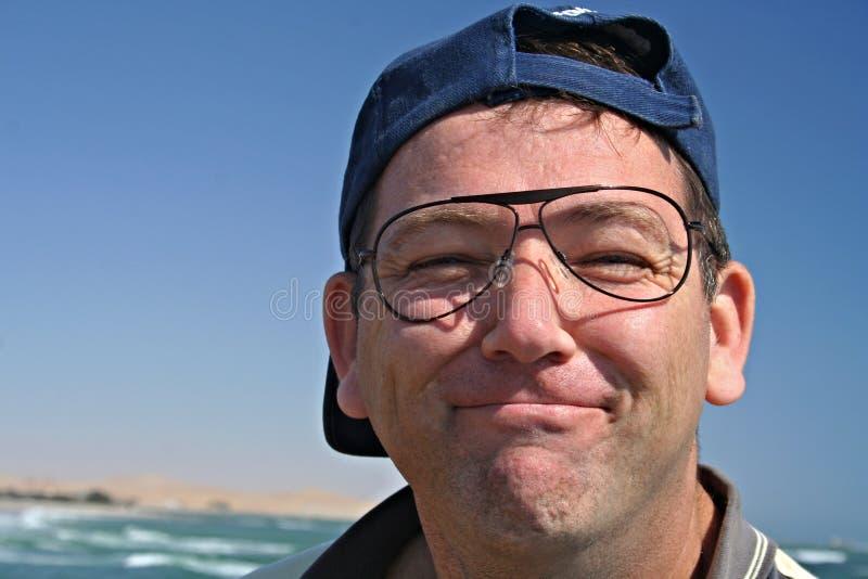 Mens met binnen zonnebril zonder lenzen stock afbeelding