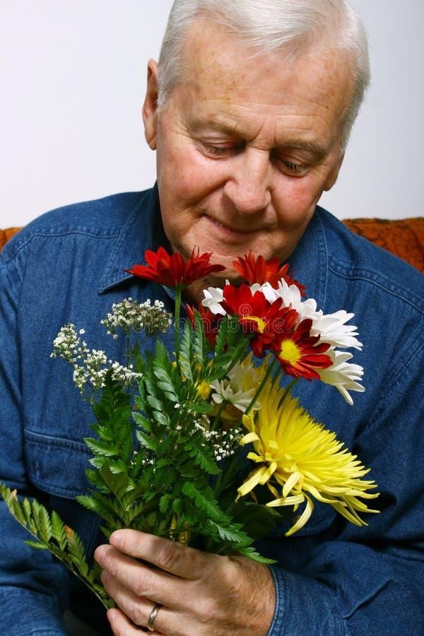 Mens met bloemen royalty-vrije stock fotografie