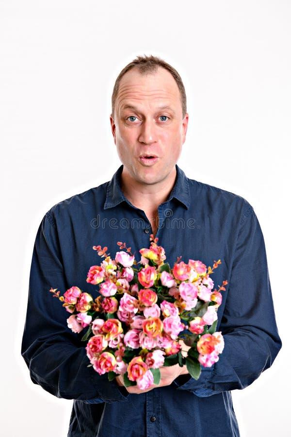 mens met bos van bloemen voor witte achtergrond royalty-vrije stock foto
