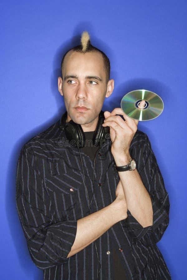 Mens met CD van de mohawkholding. stock fotografie