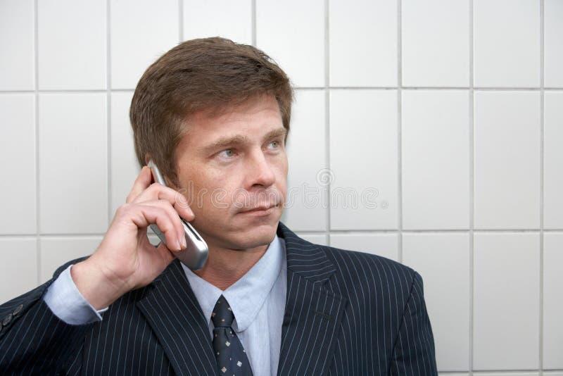 Mens met celtelefoon royalty-vrije stock foto's