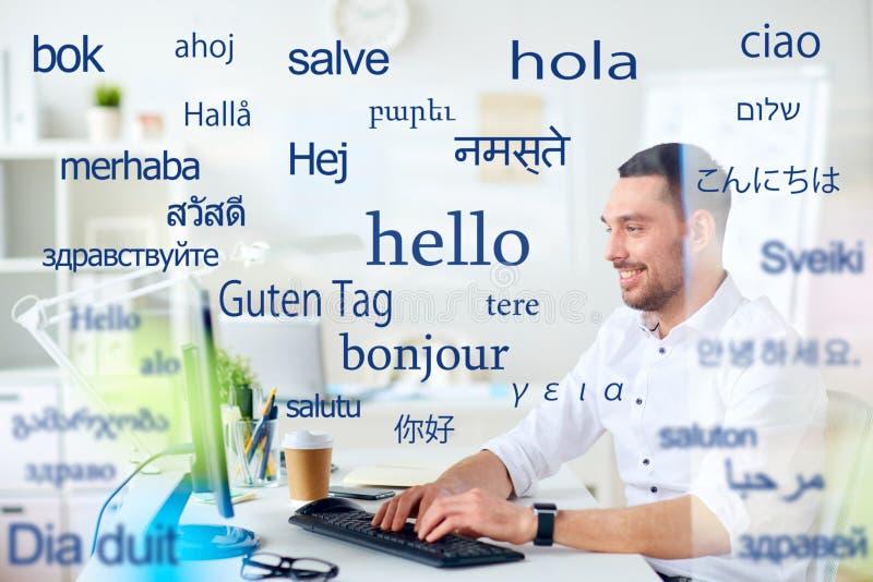 Mens met computer over woorden in vreemde talen stock fotografie