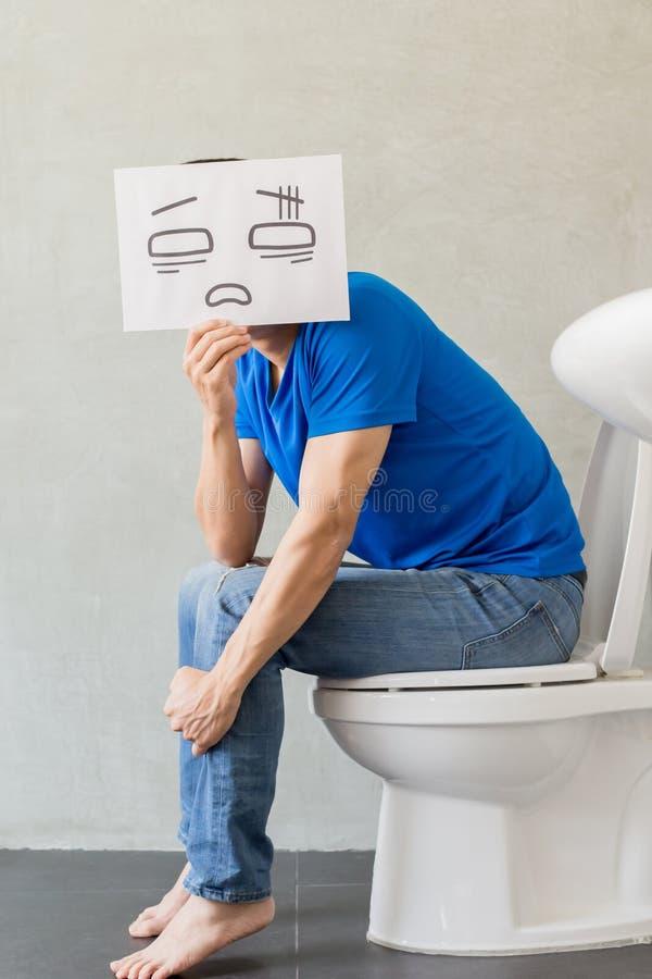 Mens met constipatie op toilet royalty-vrije stock foto's