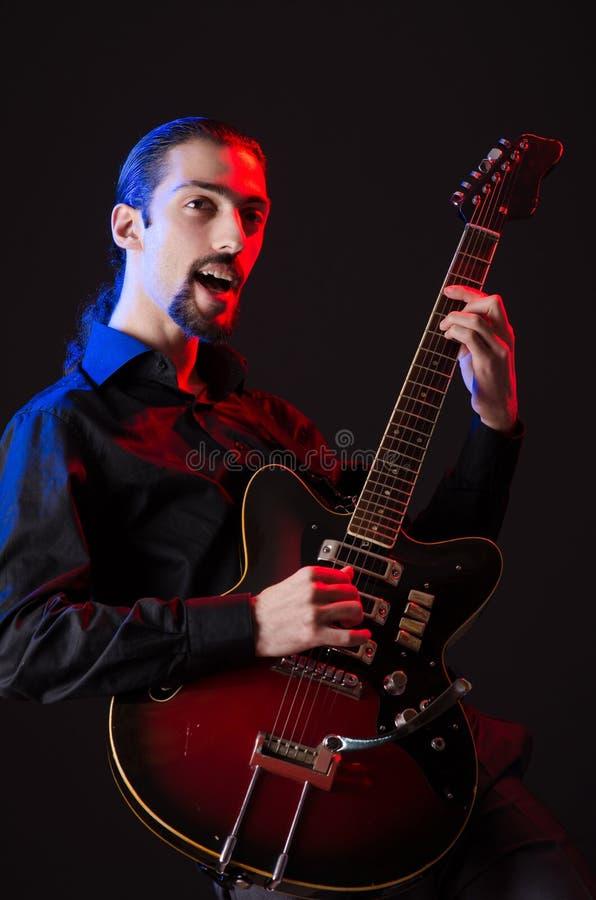 Mens met de gitaar tijdens overleg royalty-vrije stock fotografie
