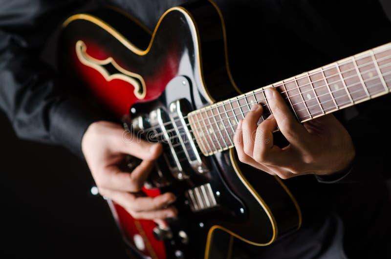 Mens met de gitaar tijdens overleg royalty-vrije stock foto's