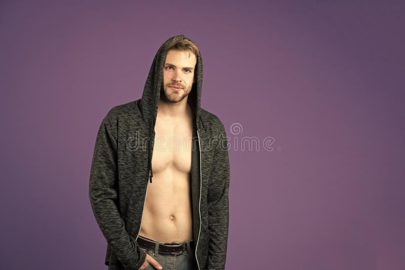 Mens met de kap van de baardslijtage op violette achtergrond Macho met sexy torso in toevallig sweatshirt Mannequin in hoodie stock foto