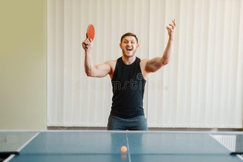 Mens met de pingpongtoernooien van racket in hand winsten stock afbeeldingen