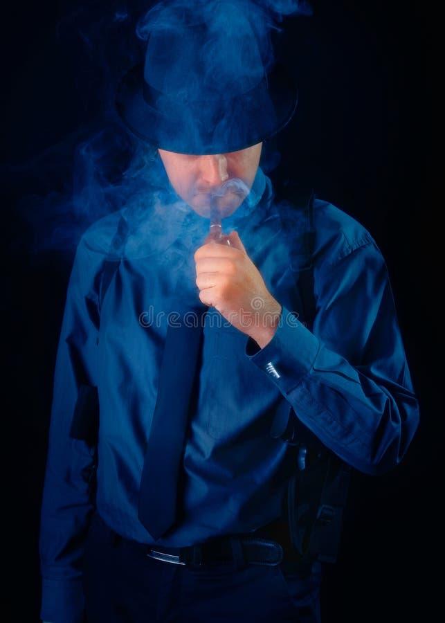 Download Mens Met De Rokende Pijp Van Kanonholstered Stock Foto - Afbeelding bestaande uit film, detective: 39100178