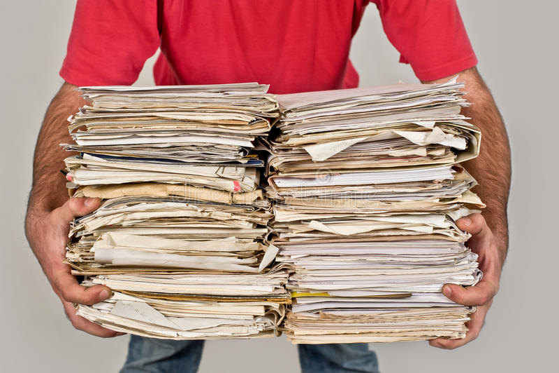 Mens met een bos van oude kranten in de handen royalty-vrije stock afbeelding
