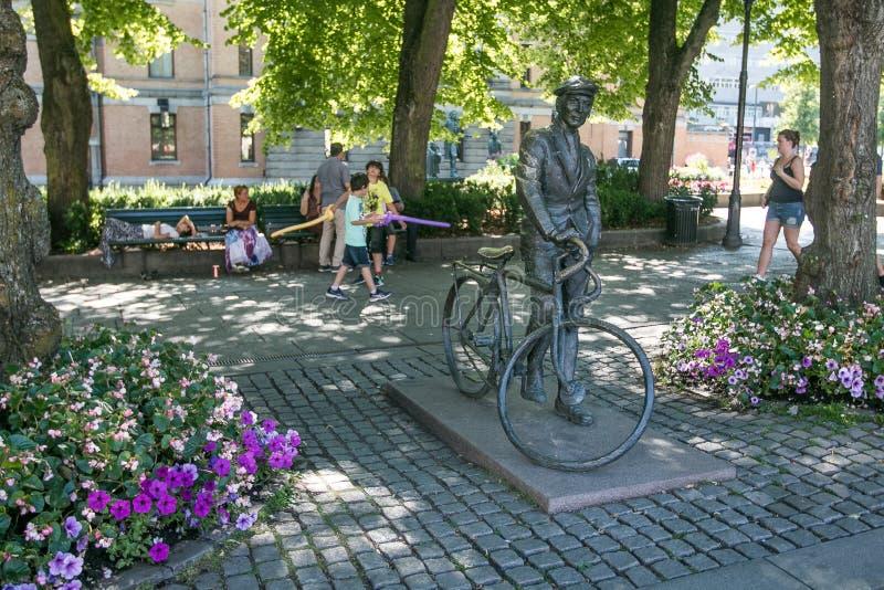 Mens met een fiets stock foto's
