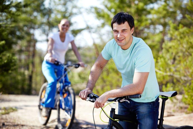 Mens met een fiets royalty-vrije stock afbeelding