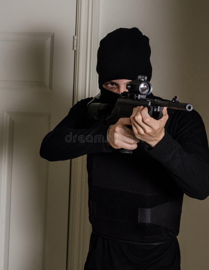 Mens met een geweer stock afbeelding