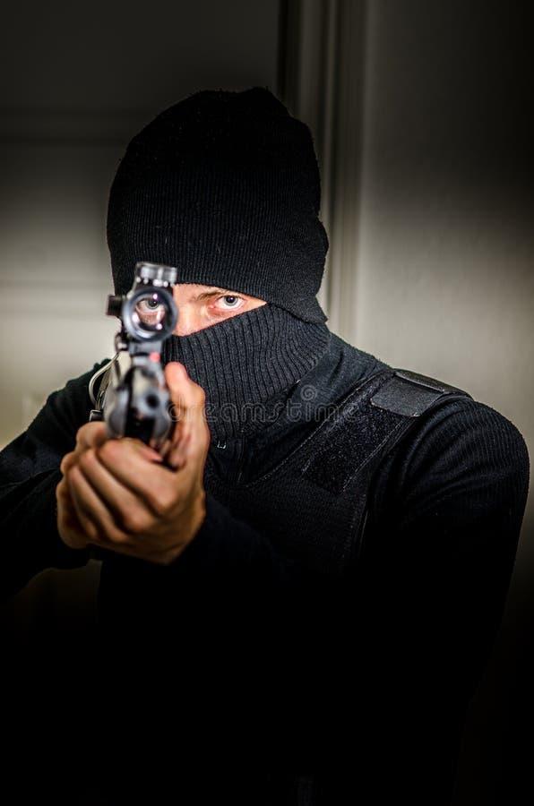 Mens met een geweer stock foto