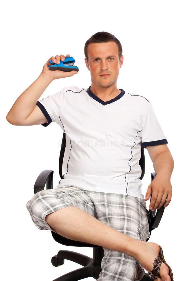 Mens met een in hand nietmachine stock fotografie