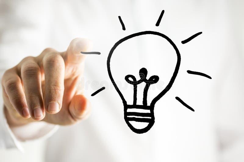 Mens met een helder idee - een gloeilamp stock afbeeldingen