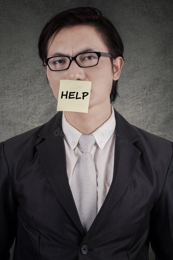 Mens met een hulptekst in bijlage op mond royalty-vrije stock foto