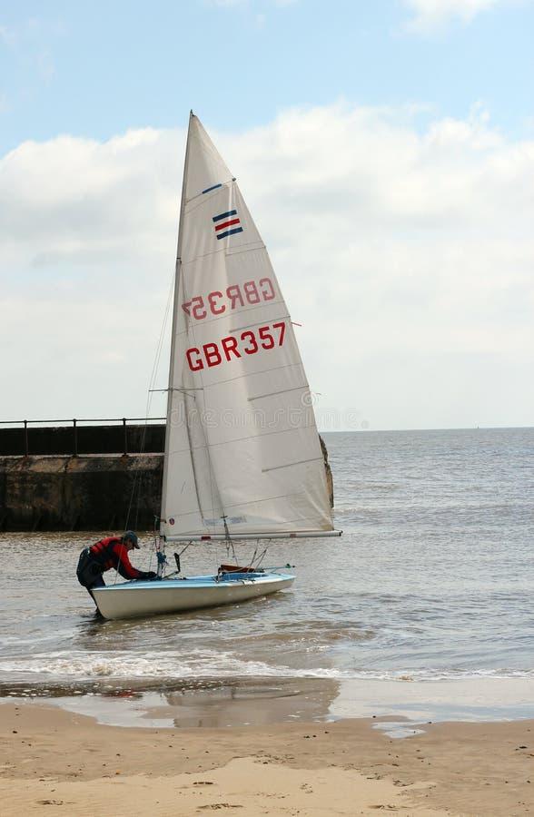 Mens met een jacht of een varende boot. royalty-vrije stock afbeeldingen