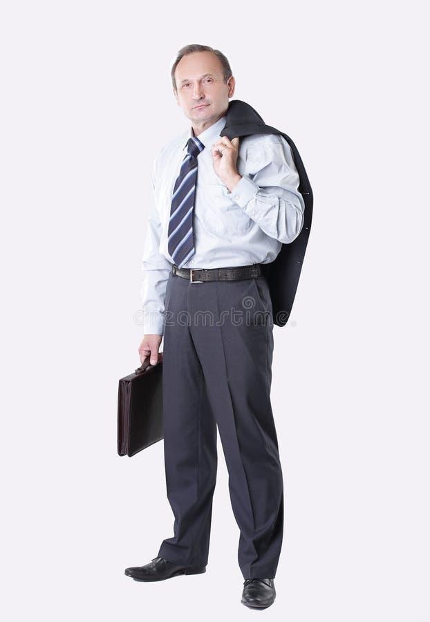 Mens met een leeraktentas die een jasje over zijn shoulde houden Geïsoleerdj op witte achtergrond stock foto