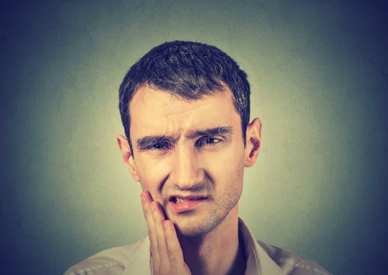 Mens met een pijn van de tandpijntand royalty-vrije stock foto's