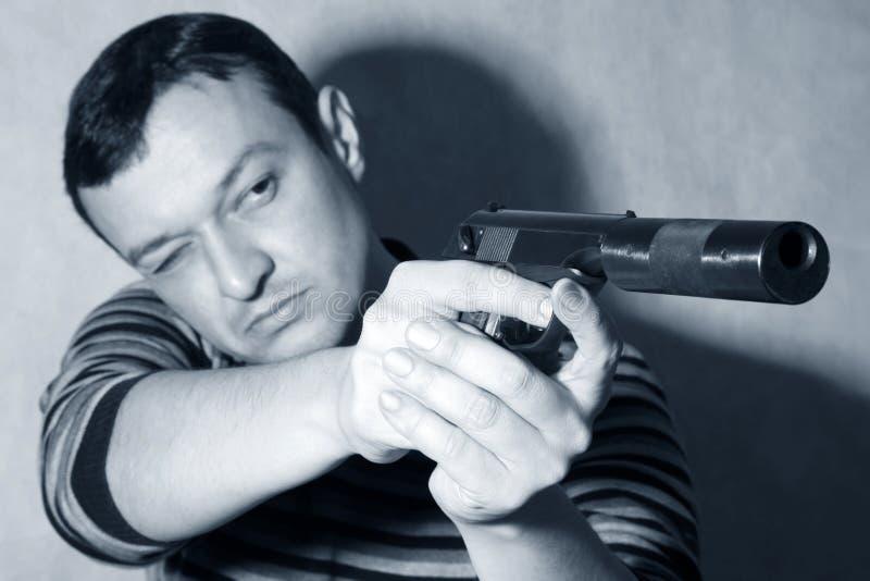 Mens met een pistool stock foto
