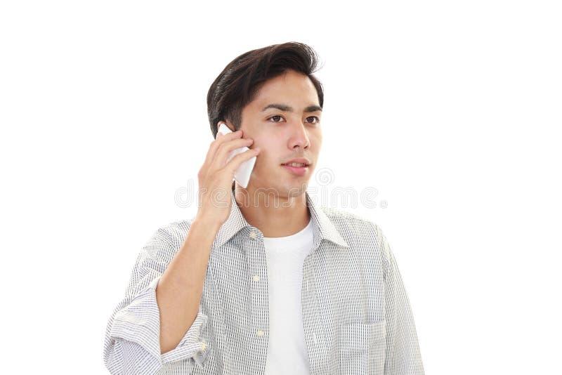 Mens met een slimme telefoon royalty-vrije stock foto's