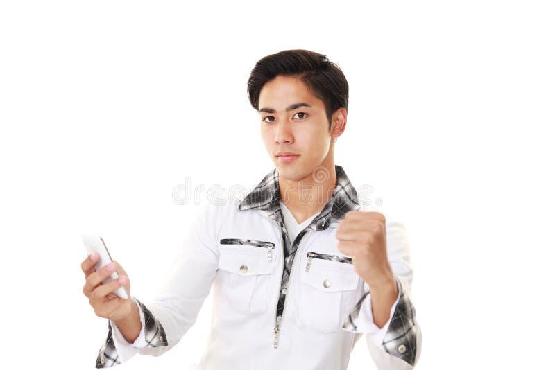 Mens met een slimme telefoon stock afbeelding