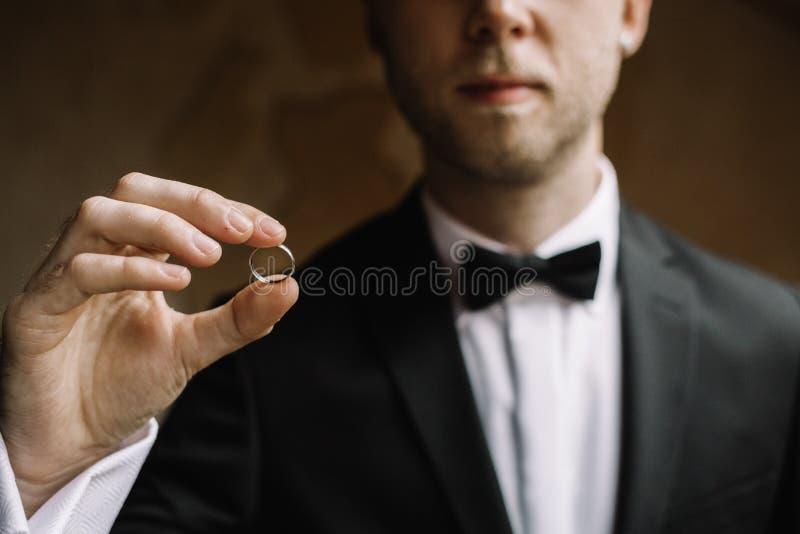 Mens met een trouwring stock foto