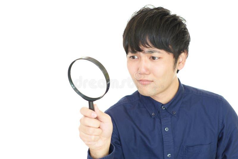 Mens met een Vergrootglas stock foto's
