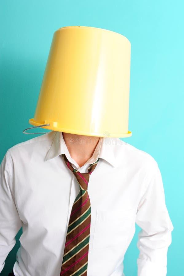Mens met emmer op zijn hoofd stock afbeelding