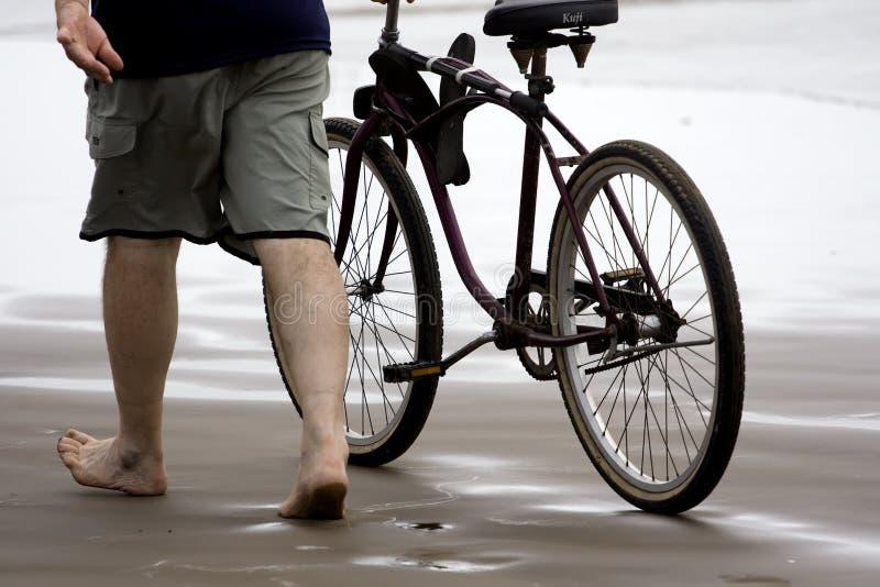 Mens met fiets royalty-vrije stock afbeeldingen
