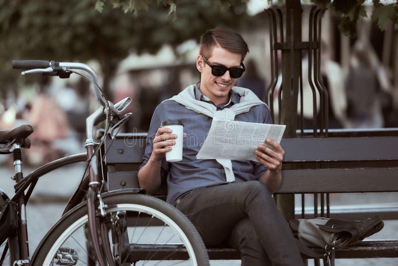 Mens met fiets royalty-vrije stock fotografie