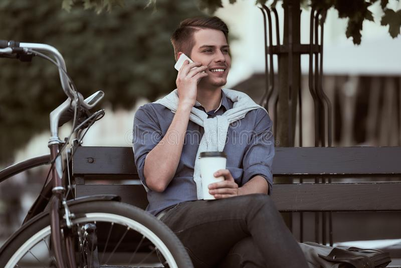 Mens met fiets stock afbeeldingen