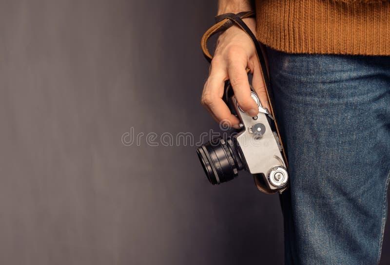 Mens met fotocamera royalty-vrije stock afbeeldingen