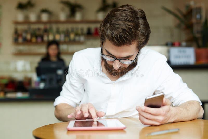 Mens met gadgets royalty-vrije stock afbeelding