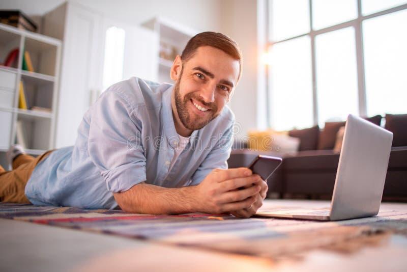 Mens met gadgets royalty-vrije stock fotografie