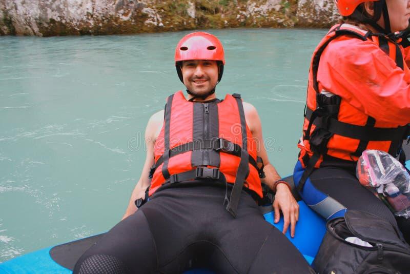Mens met gids die whitewater en op rivier rafting roeien royalty-vrije stock foto's