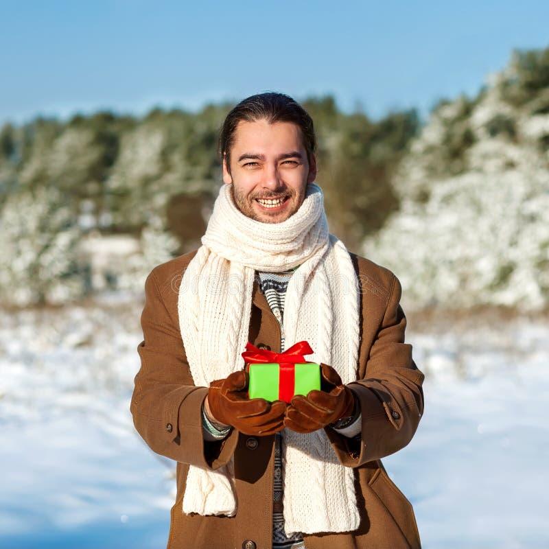 Mens met gift stock foto