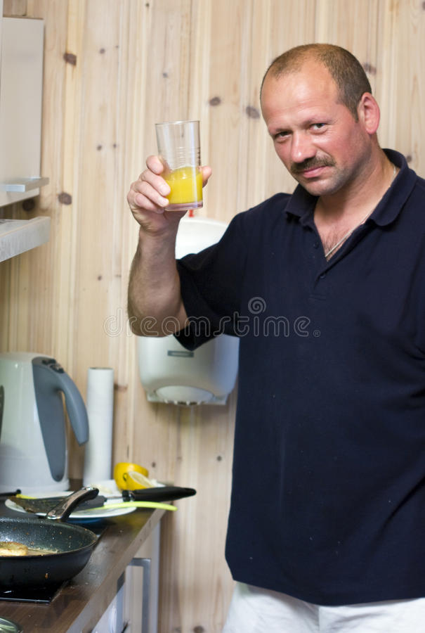 Mens met glas jus d'orange stock afbeelding