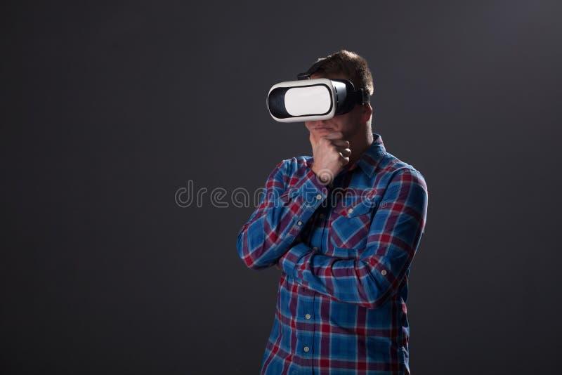 Mens met glazen van virtuele werkelijkheid Toekomstig technologieconcept royalty-vrije stock foto